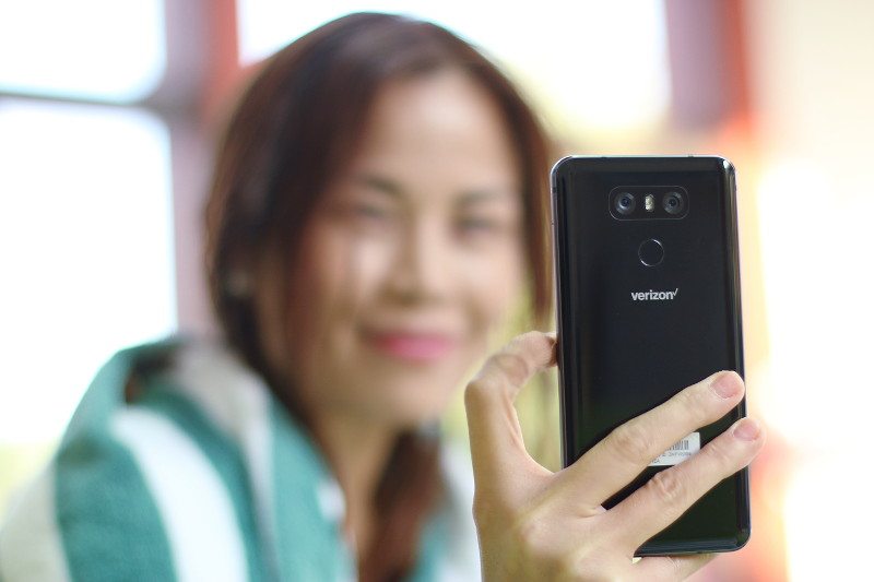 Playing with the Sleek & Water-Resistant LG G6 Phone